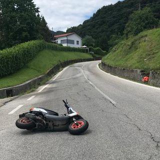 """Lo scooter perde """"grip"""", ferito il conducente. Sotto accusa un rivolo d'acqua sull'asfalto"""