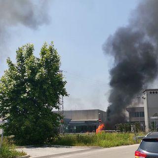 Due colonne di fumo dall'ecocentro di Cavazzale. Bruciano un camion e un cassone