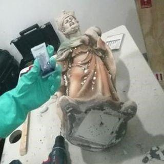 FGR decomisa en AICM figuras religiosas hechas con metanfetamina