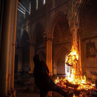 En Chile conmemoran primer aniversario de las protestas sociales con incendio de iglesia