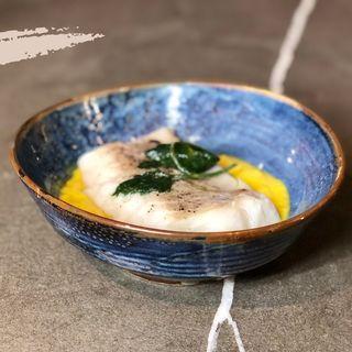 Filetto di merluzzo nordico B.T. con purea di patate alla curcuma
