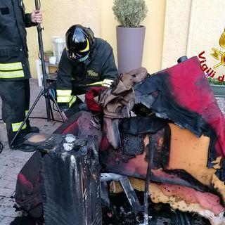 Incendio in taverna, casa invasa dal fumo. Intervento-lampo dei vigili del fuoco