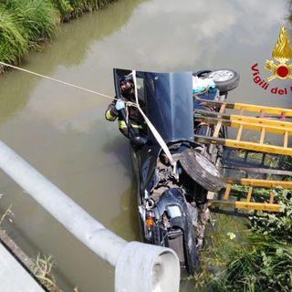 Paura per un'anziana finita con l'auto nel canale: soccorsa da un camionista-eroe