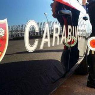 Donna senza vita trovata dentro un'auto: indagini dei carabinieri