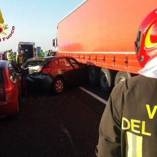 Doppio schianto in autostrada A4 fra due camion e tre auto: cinque feriti, nessuno grave