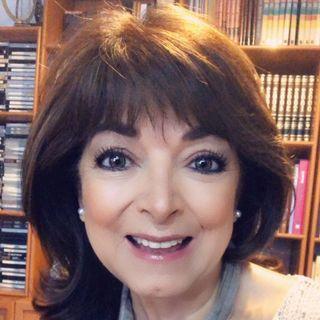"""Rita Abreu, locutora y guionista, nos platica sobre la serie radiofónica """"Autorretratos""""."""