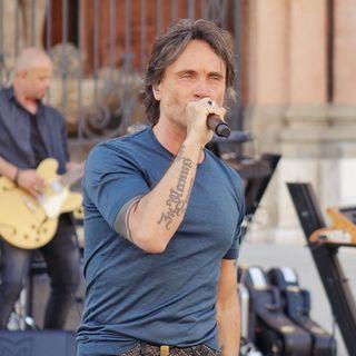 NEK ha presentato il suo nuovo disco, con un live a porte chiuse, nella piazza di Sassuolo.Parliamo poi della sua Cuori In Tempesta del 1995