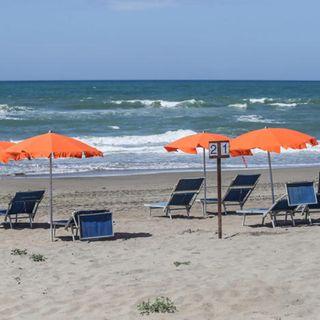 Regole ISS per le spiagge, bagni al mare sicuri ma a distanza