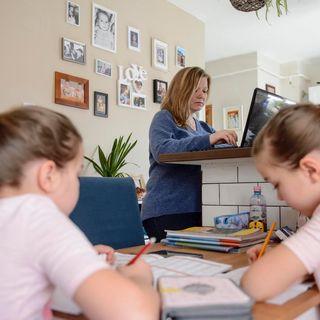 Smart working, una donna su 3 lavora più di prima