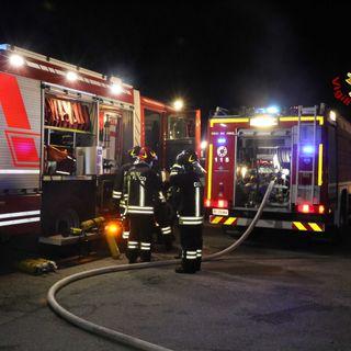 Capannone a fuoco: pompieri impediscono la propagazione delle fiamme