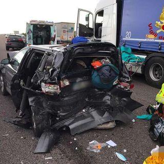 Incidente fra tre auto e un camion in A4: sei i feriti, uno è grave