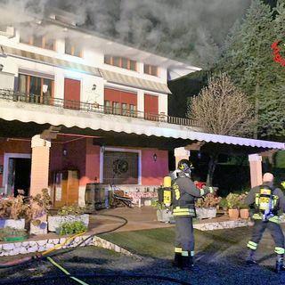 Notte di lavoro per i pompieri in contrada: la canna fumaria provoca un incendio