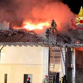 Incendio divora il tetto di un'abitazione di contrada Costapiana: danni ingenti