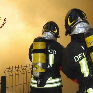 Abitazione divorata da un incendio in via Bastia: sfollata una coppia di settantenni VIDEO