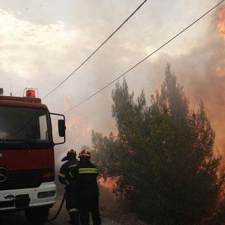 Atene assediata dalle fiamme: evacuate centinaia di persone