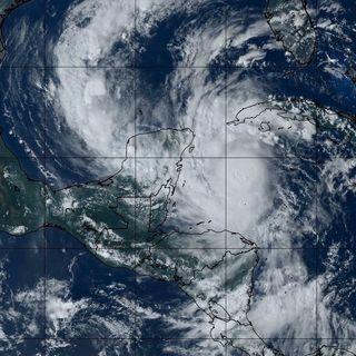 Evacúan zona hotelera de Cancún por huracán Delta