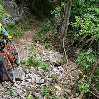 Cade con la mountain bike in Val Rovina e sbatte la testa: soccorso da altri escursionisti