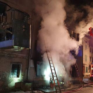 La stufa funziona male: l'incendio distrugge la casa a tre piani di un'anziana di 92 anni