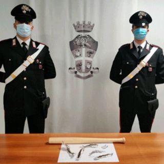 Mazza da baseball e tracce di eroina in auto: denunciato un 30enne