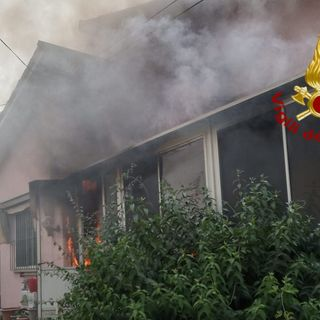 Abitazione invasa dal fumo: ustioni per un uomo e cane di casa salvato dai pompieri