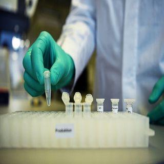 Científicos británicos prueban fármaco contra covid