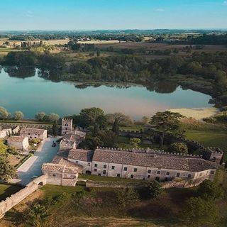 Castellaro Lagusello: il borgo lombardo che si riflette su un lago a forma di cuore