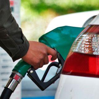 El litro de gasolina rebasa al dólar