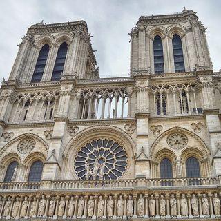 Fabio Volo contempla la decadenza dei costumi dall'alto di Notre Dame (libertà e responsabilità delle popstar)