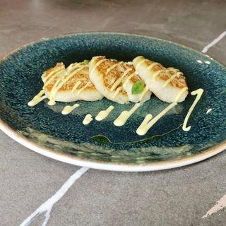 Polpette schiacciate di baccalà e patate con salsa all'aneto