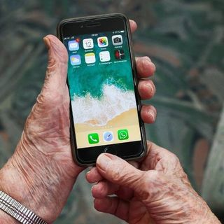 Anziani e adulti in difficoltà ad usare con competenza lo smartphone? C'è un corso
