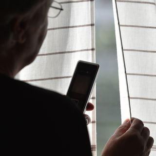 Der Flüsterer – Ein anonymer Anrufer manipuliert eine Lehrerin