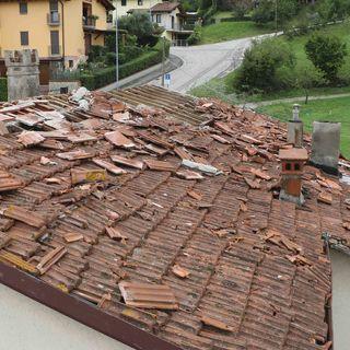 Oltre 150 le case private con danni alle coperture. Maxi lavoro per Comune e pompieri