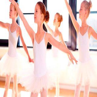 Niña en ballet con edades diferentes