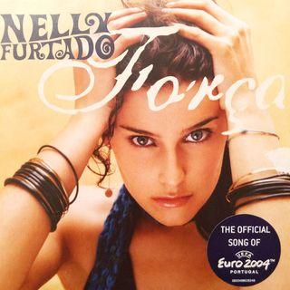 """Parliamo di Nelly Furtado, pop star mondiale degli anni 2000, la cui hit """"Força"""" fu colonna sonora del campionato di calcio Euro 2004."""
