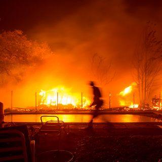 11 mil bomberos combaten las llamas en California