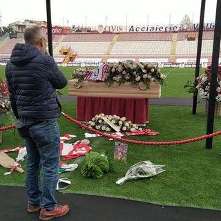 """""""Ciao Paolo, uno di noi"""": l'addio della città a Rossi nello stadio dove esplose il suo talento"""