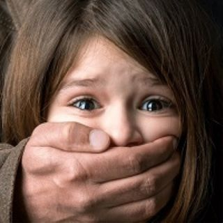 Moira, abusata dai genitori Gay in quanto Gay