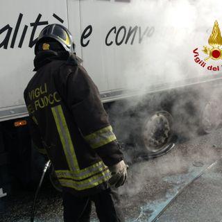 Camion guasto a bordo strada: calore nel sottoscocca, scoppiano pneumatici (VIDEO)