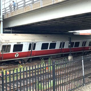 Red Line Derailment Snags Morning Commute, May Not Be Cleared For 24 Hours