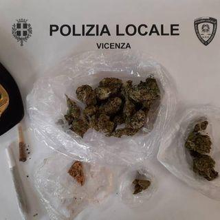 Marijuana dietro la balaustra di Ponte San Michele: la scoperta della polizia locale