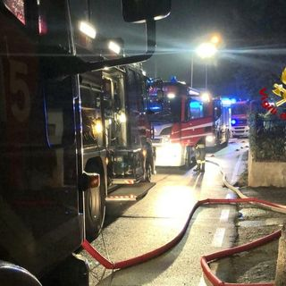 Tetto di bifamiliare in fiamme a Ignago. Quattro mezzi di soccorso per l'intervento