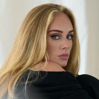 Adele torna con un nuovo album e, nel 2022, sarà sul palco con un residency show a Las Vegas. Parliamo poi della sua prima hit, era il 2007.