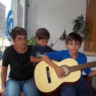 Toca su guitarra y Canta Tomas Galván