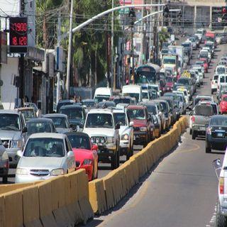 Tráiler obstruye circulación en Avenida Revolución y Viaducto Miguel Alemán