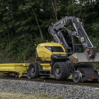 Ascolta la news sul nuovo escavatore strada-ferrovia 216MRail di Mecalac