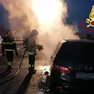 Auto alimentata a gpl s'incendia tra i due caselli dell'A4 di Vicenza. Salvo il conducente