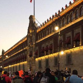 Protestan frente a Palacio Nacional trabajadores del SAT