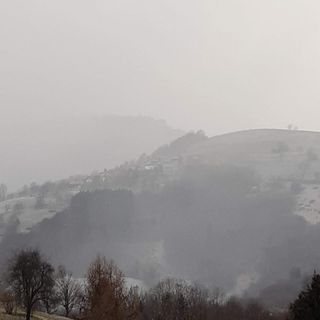 Qualche fiocco di neve scende sulla Pedemontana. Imbiancata di fine inverno in collina