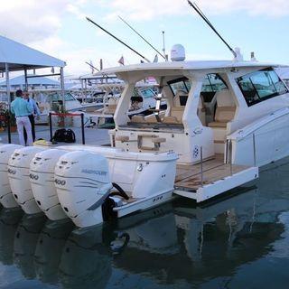 Barche con RASTRELLIERE di motori fuoribordo