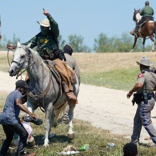 """Migranti frustati dalla polizia Usa al confine col Messico. Casa Bianca: """"Immagini orribili"""""""